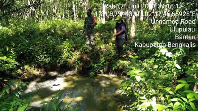 Cegah Karhutla, Babinsa Serda A.Zamzuri Melaksanakan Patroli Rutin di Desa Binaan