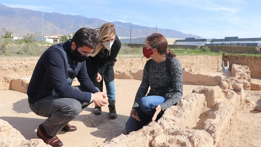 Alcalde y edil de Cultura de El Ejido junto a la responsable del proyecto en Ciavieja.