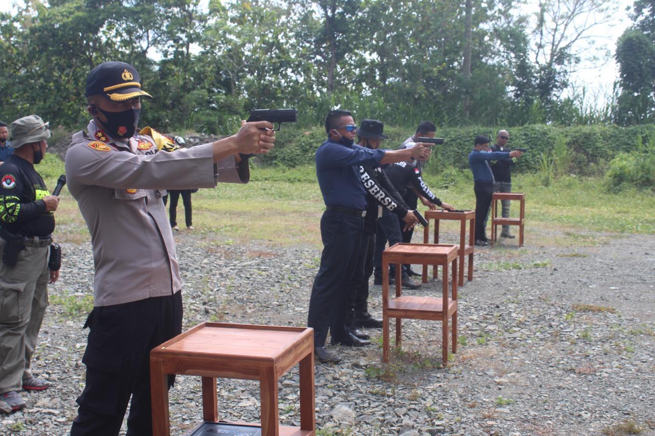 Asah Kemampuan Personil, Kapolres Soppeng AKBP Roni Pimpin Latihan Menembak