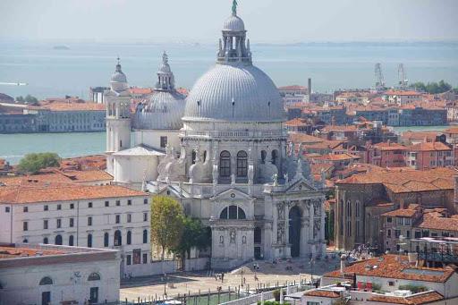 Vue depuis le campanile de la basilique Saint-Marc. Vue vers la basilique Santa Maria della Salute