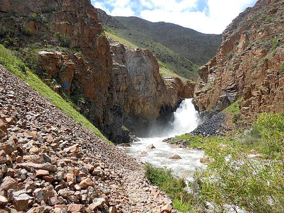 Song-Köl-Wasserfall am Fuß der Passhöhe Terskei-Torpok (3132 m, Тескей-Торпок, Тридцать три Попугаи, Tridzat Tri Popugai, 33 попугая) beim Song-Köl-Fluss