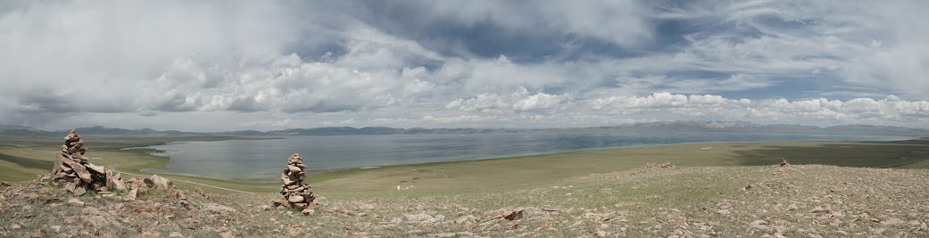Der Song Köl liegt in einer weiten Graslandschaft auf 3.020 m Höhe