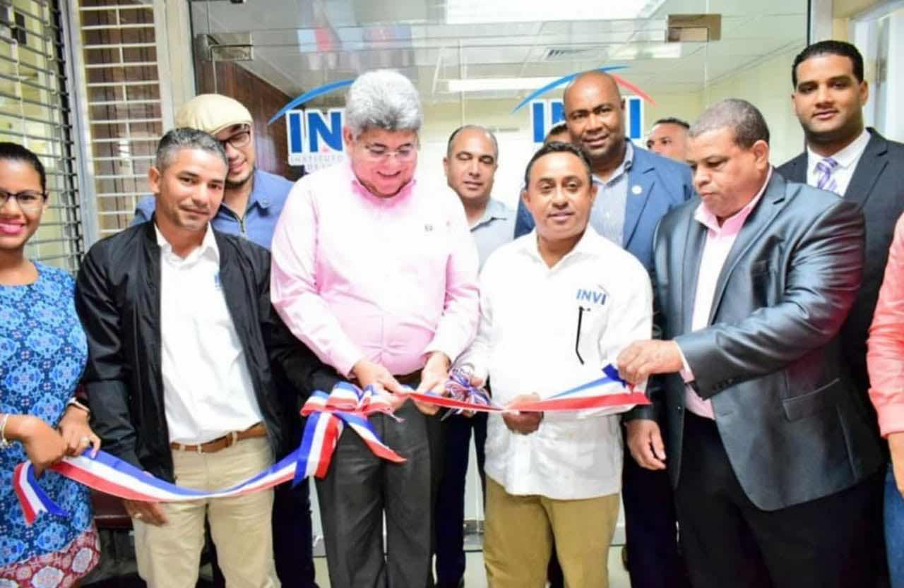 El ingeniero Mayobanex Escoto, director general del INVI, entrega formalmente remozada la oficina Regional Norte de la institución.