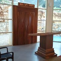 ארון הקודש עם הכתובת ושולחן התפילה. The ark with the inscription above, and prayer table.
