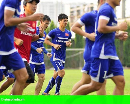 Hình 5:   Cầu thủ Việt cởi trần khoe body chuẩn