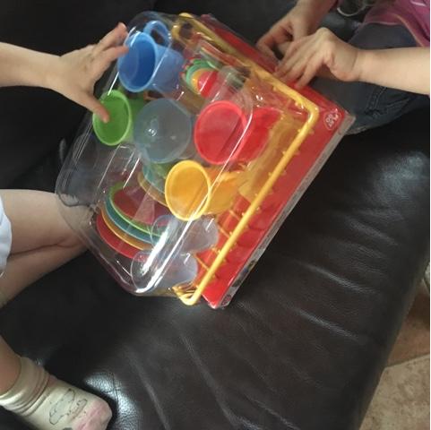 Kinder bekommen Geschirr