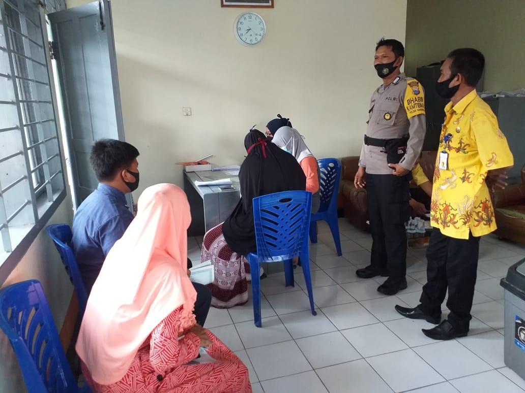 Personil Polres Soppeng Kawal Penyaluran BST