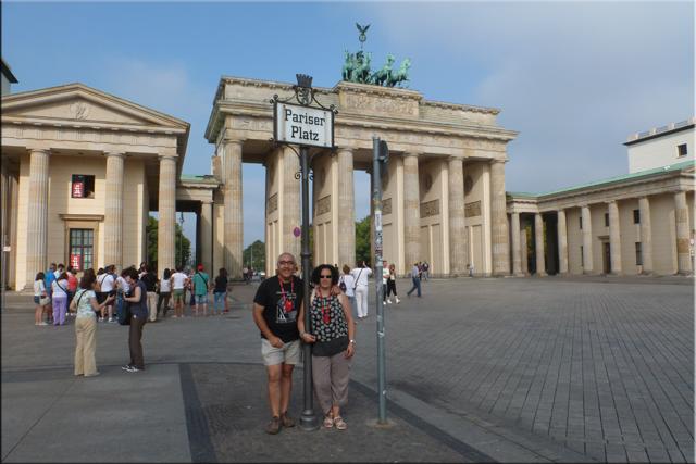 La inevitable foto en la Pariser Platz con la Brandenburger Tor de fondo - Berlín'15