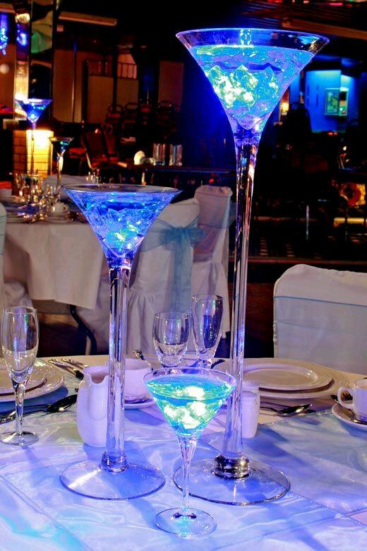Originales centros de mesa con copas de martini for Centros de mesa con copas