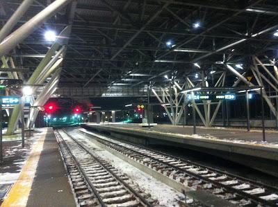 モダンな旭川駅のホーム