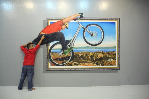 tarik seluar penunggang basikal bmx di Magic Art Museum
