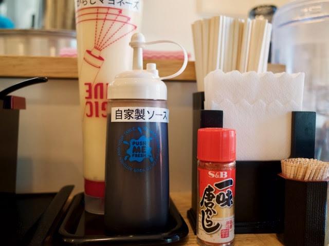 自家製ソースと辛子マヨネーズのボトル