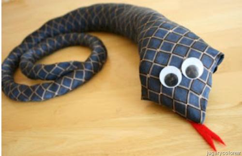 serpiente con corbatas reciclada