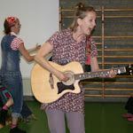 Lara-Ama-gitaar-kids-in-hoe.jpg