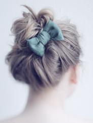 coque no cabelo com um laço fofo