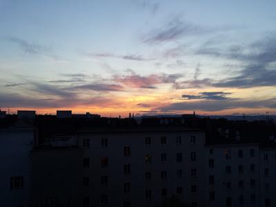 Abendstimmung in Wien-Favoriten am 01.06.2015  Gleich am ersten Sommertag haben wir das erste Mal in diesem Jahr die 30 Grad Marke, wenn auch knapp und für ca 45 Minuten, überschritten. Die höchste Temperatur lag bei 30.6°C und selbst um 22:30 Uhr hat es noch angenehme 22 Grad. Die Nacht sollte trocken verlaufen und bis in der Früh gehen die Temperaturen auf 15-17 Grad zurück. #Wetter #Wien #Favoriten #Wetterwerte