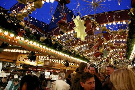 クリスマスマーケットの酒場