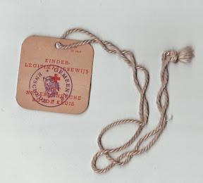 Kinderlegitimatiebewijs. Gemeente Enschede. Deze kaartjes waren vanaf 1943 voor 10 cent te koop bij het Rode kruis. Op de achterkant stond de naam van het kind en het adres. Voor het geval het kind bijvoorbeeld tijdens een luchtalarm verdwaald zou raken. http://www.secondworldwar.nl/enschede/
