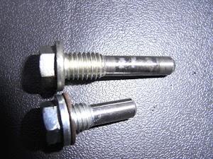 FIカブ50 JBH-AA01のカムチェーンガイドローラ固定ネジ(上)とキャブレター仕様車のもの(下)