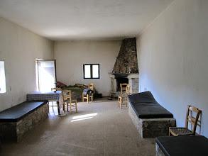 Photo: 17.Wnętrze schroniska - są łóżka z materacami, stół i krzesła, piec (poza zdjęciem), bieżąca woda, a nawet kominek. Obok budynku jest wychodek. Wszystko oczywiście za friko.