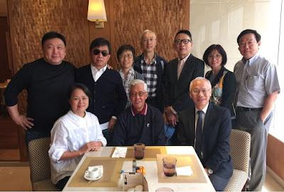 王日祥剛好在另一邊和朋友吃飯,過來和盧老師打招呼