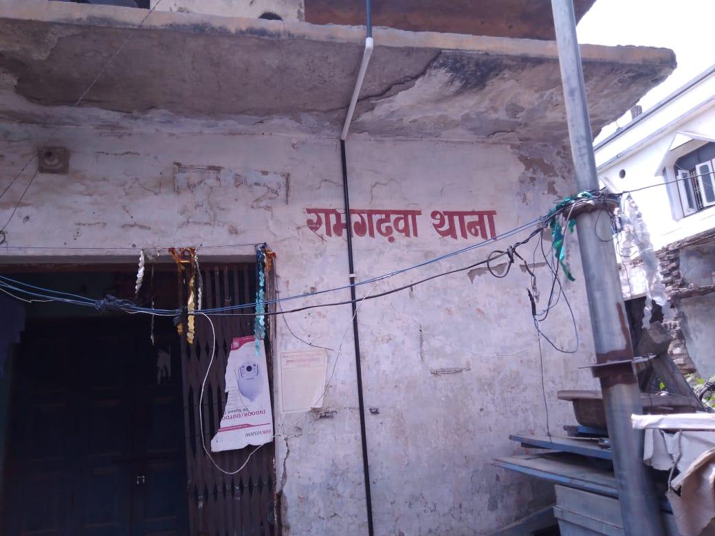 पुलिस छापेमारी में पांच अपराधियों को किया गिरफ्तार, रामगढ़वा के दो व्यक्ति शामिल