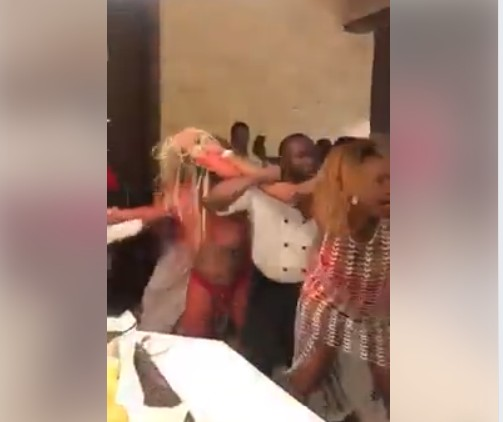 shameful! A serious fight broke out between some ladies at a public event