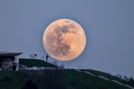 """""""Ροζ"""" Υπερπανσέληνος : Στις 27 Απριλίου έρχεται το φωτεινότερο φεγγάρι του έτους"""