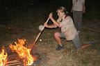 druhá novopečená tříorloperačka Makawi zapaluje oheň