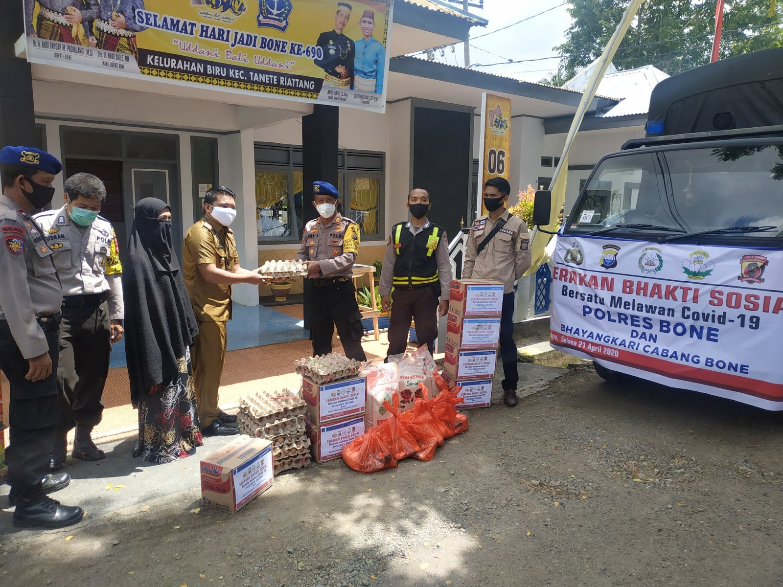 Lawan Covid-19, Personel Polisi di Bone Bersama Para Isterinya Sebar Sembako