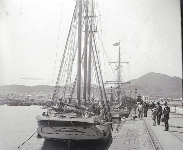 Vista de popa en la que se aprecia el nombre de SAN ANTONIO (a) POSIBLE. Archivo Tomas Gomez Bosch. Archivo Fedac.tif