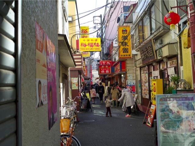 保昌のお店の前の細い通りには中華の看板がたくさんかかってる