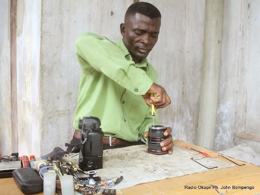Noël, réparateur des appareils photographique au centre ville de Kinshasa le 3/08/2014. Radio Okapi/Ph. John Bompengo