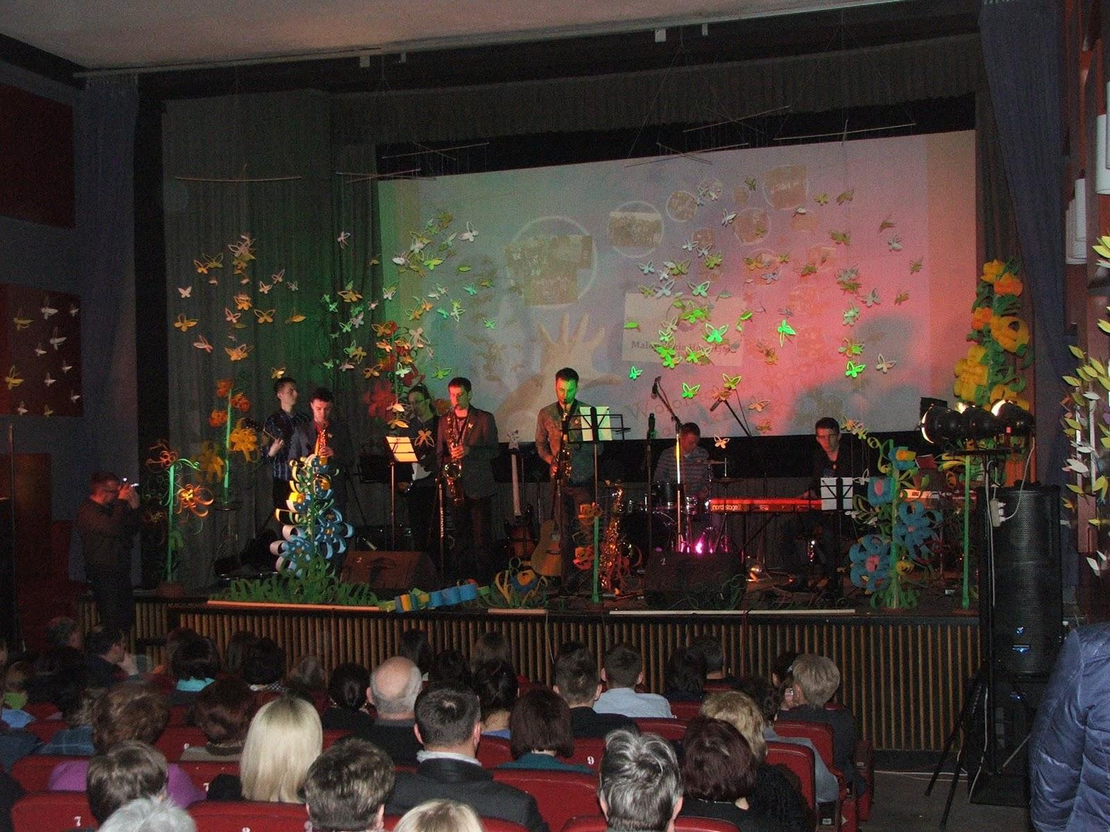 Koncert charytatywny organizowany przez Gimnazjum im. Św. Kingi w Wojniczu, GOK, Stowarzyszenie Aktywnych Kobiet, i innych naszych Przyjaciół z tej pięknej miejscowości.   Koncert odbył się w kinie Wawel. Grali: Pod Gruszą, JazzDa Band, uczniowie Gimnazjum w Wojniczu i in.   Dochód przeznaczony został oczywiście na rzecz MHD