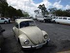 Kleines Auto neben grosser Limousine