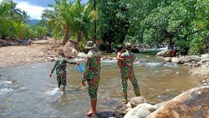 Hilangkan Rasa Rindu, Satgas TMMD Tapsel Ajak Anak Cari Ikan di Sungai