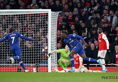 Abraham trapt Chelsea naar delirium in Londense derby, rampjaar compleet voor Arsenal