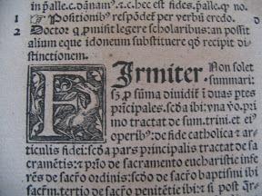 Detalle de una F capitular don un ave ¿fénix, flamenco, falcón? y de la letra gótica rotunda.