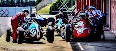 historische racewagens klaar om naar de start te gaan