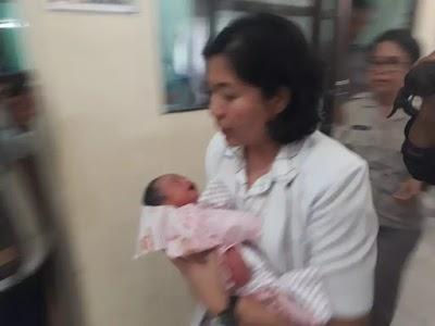 Baru Lahir, Bayi Ini Dibuang di Semak