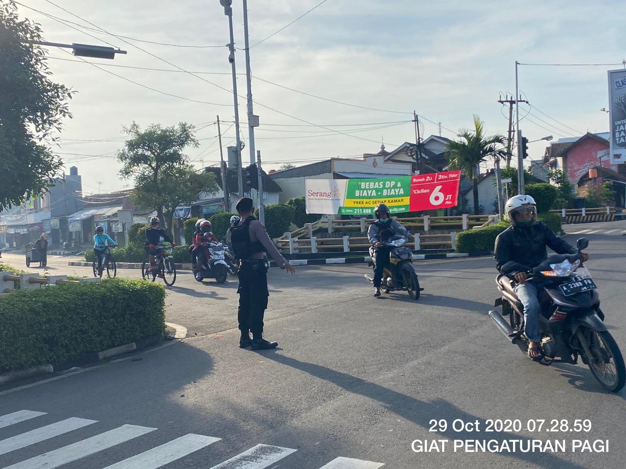 Personel Ditsamapta Polda Banten Rutin Melakukan Pengaturan Lalu Lintas
