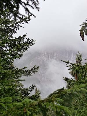 Die wolkenverhangene Serles