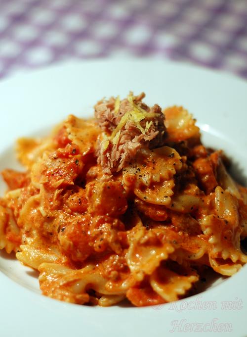 Pasta mit Thunfisch in Tomaten-Sahnesauce mit Oregano