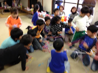 投げテープに大喜びの子供たち / マジシャンひろしつちや