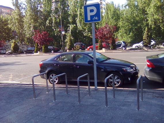 Cinco puntos para mejorar el aparcamiento de bicicletas en Madrid