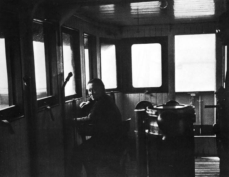 Pasaia. 1947. Ignacia Albisu, esposa de Eustakio Arrinda, en el puente del ABREGO. Colección Alex Turrillas. Nuestro agradecimiento.jpg