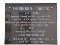 16 Ferdinand Daučík emléktáblája a zsinagóga udvarán.jpg