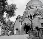 Az elefántház bejárata a budapesti állatkertben, 1956 (Fotó: Fortepan)