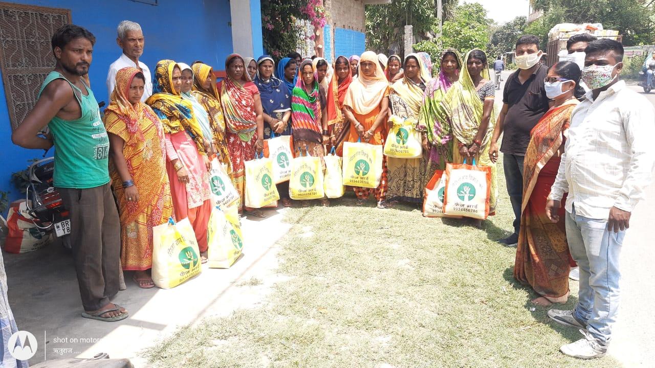 समस्तीपुर :श्रमवीरों और उनके परिवारों के बीच राहत वितरण का कार्य जिला महासचिव हसन रजा नौशाद खान ने किया।