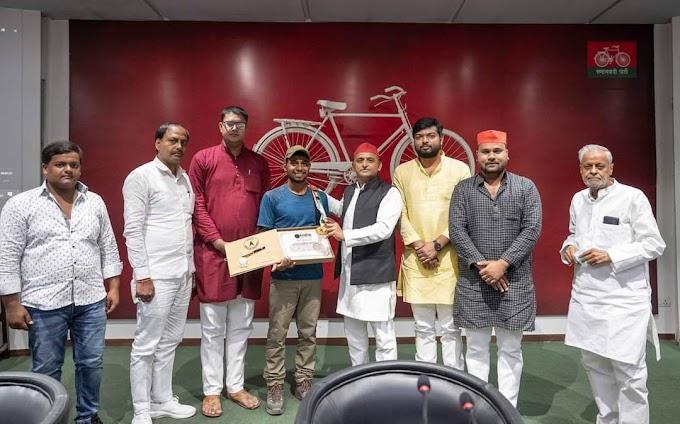 साइकिलिस्ट व पर्वतारोही उमा सिंह को सपा अध्यकक्ष ने किया सम्मानित